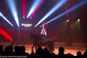Klassisches Voltigieren im Gelsenkirchener Weihnachtscircus 2018_Circus Probst