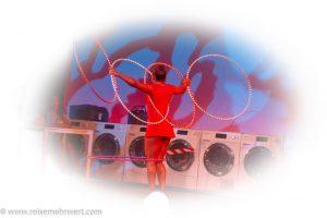 Asha Mohamedy_Hula Hoop_premiere_gop-variete-theater-essen_waschsalon