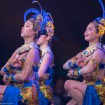 Drei Akrobatinnen als Thai-Tänzerinnen_Chinesischer Nationalcircus_Weihnachtscircus Metropole Ruhr_Grugahalle Essen_2019_premiere