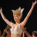 Akrobatin als Thai-Tänzerin beim Finale_Chinesischer Nationalcircus_Weihnachtscircus Metropole Ruhr_Grugahalle Essen_2019_premiere