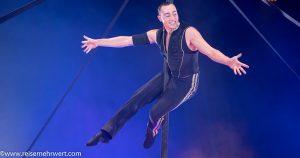 Akrobat Simon vom Duo Frénésie am Pole-Mast_gelsenkirchener_weihnachtscircus_2019