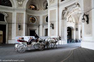 Flusskreuzfahrt-MS-Albertina-2021 - Pferdekutsche an der Wiener Hofburg