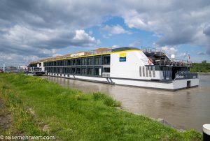 Flusskreuzfahrt-MS-Albertina-2021 - MS Albertina vor Anker am Anleger in Wien-Nussdorf