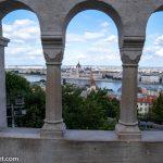 Flusskreuzfahrt-MS-Albertina-2021 - Blick von der Aussichtsterrasse der Fischerbastei auf das Budapester Parlamentsgebäude auf der Pester Seite