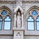 Flusskreuzfahrt-MS-Albertina-2021 - Relief der Hl. Elisabeth von Thüringen an der Budapester Matthiaskirche im Burgviertel Vár