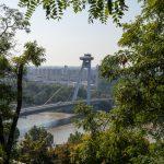 Flusskreuzfahrt-MS-Albertina-2021 - Blick von der Burg Bratislava auf das UFO-Restaurant auf der Brücke des Slowakischen Nationalaufstandes